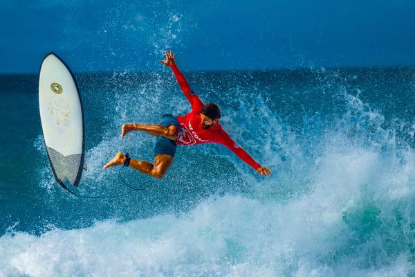 Coach de surf sur une vague